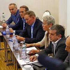 Новости дня: ДНР и ЛНР настаивают на переговорах в Минске, большинство украинцев хочет в ЕС, РФ на следующей неделе отправит очередной гумконвой