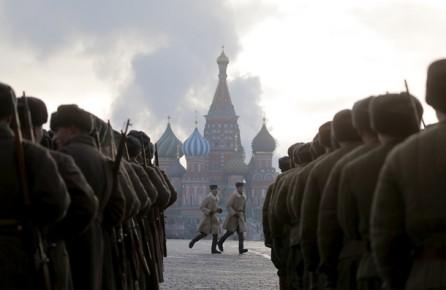 В Москве прошел марш в память о параде 7 ноября 1941 года