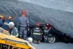 В Бразилии эстакада рухнула на автобус и автомобили